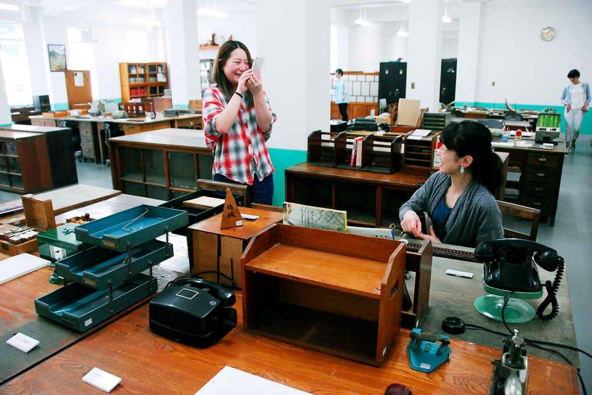 建設当初のレトロな雰囲気が再現された「昭和の事務所」