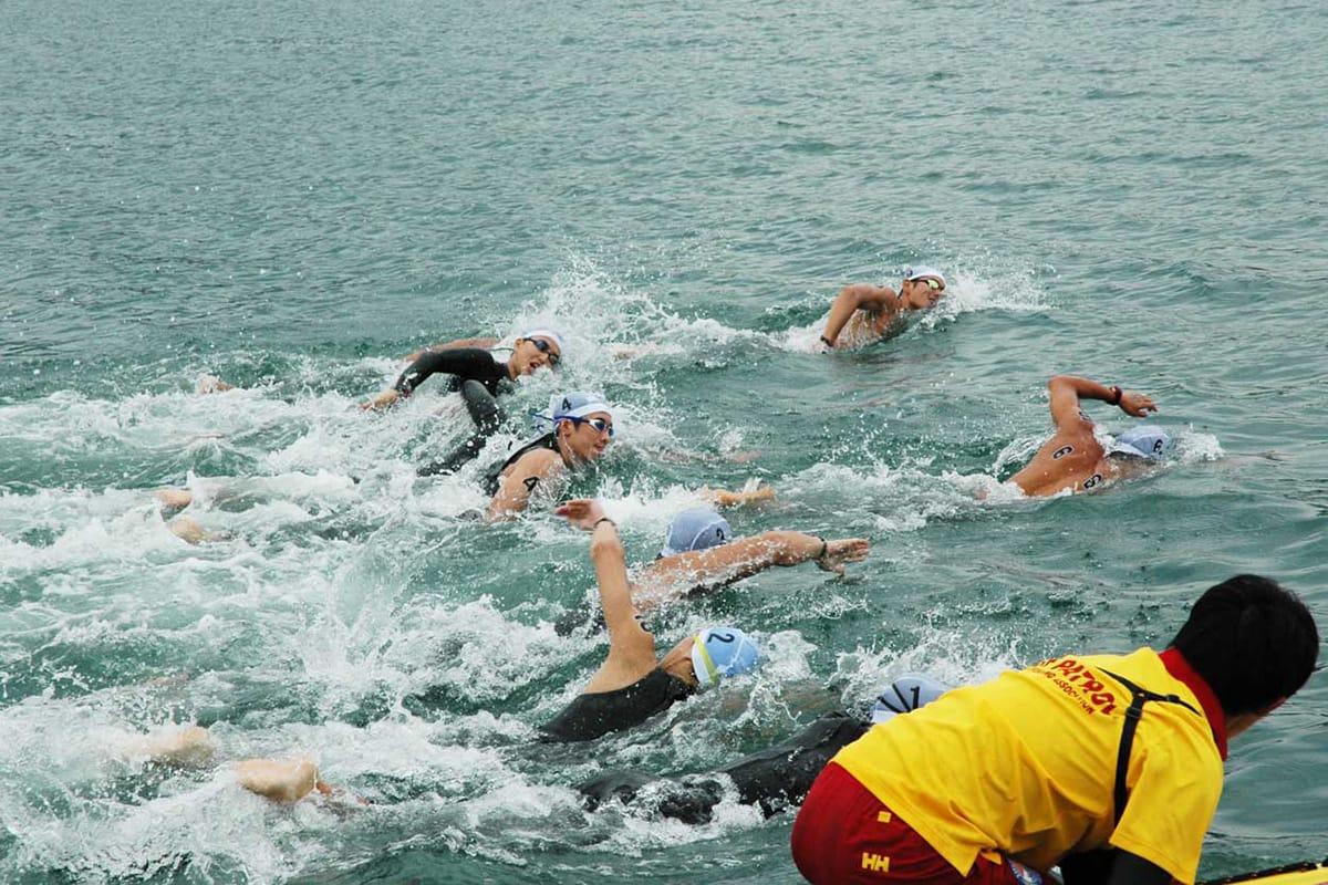 国体OWS会場となる根浜の海上で競技に挑む男子の選手ら