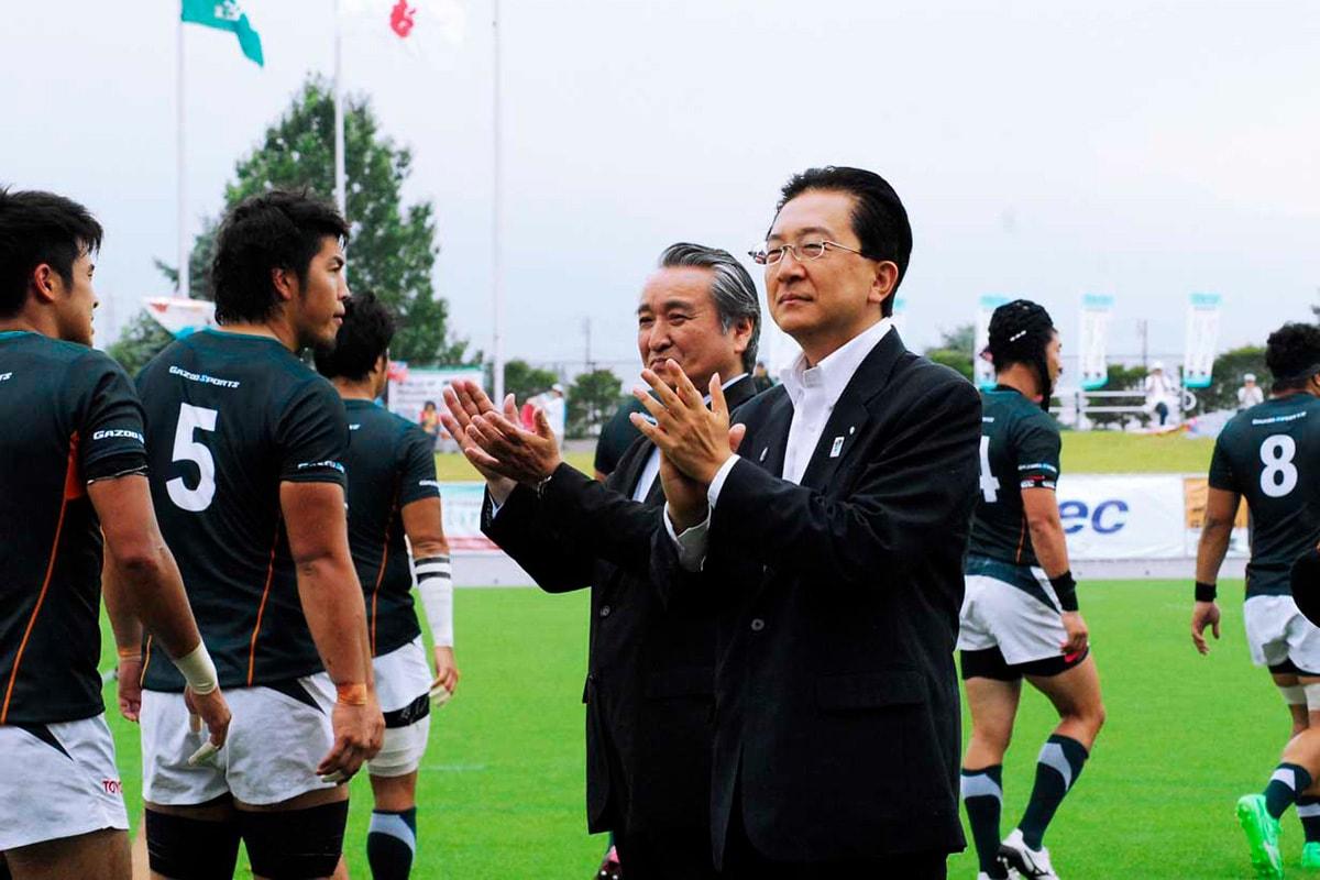 復興支援マッチは希望郷いわて国体のPR支援も兼ね、達増拓也知事が野田武則・釜石市長とともに選手を迎える<