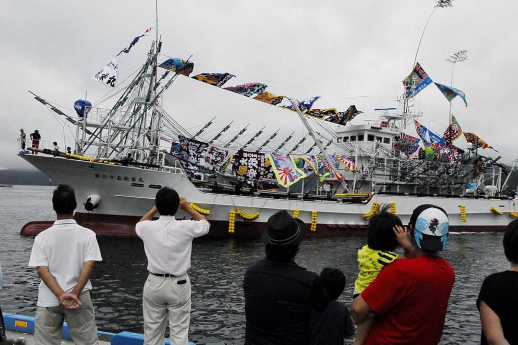 釜石港でお披露目された新造のサンマ漁船第65欣栄丸=27日