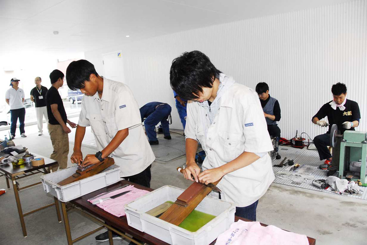 ボランティアで刃物を研ぐ堺工科高定時制の生徒たち