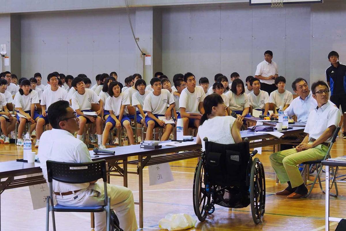 甲子中で開かれたスポーツパネルディスカッション。右端が三ケ田礼一さん