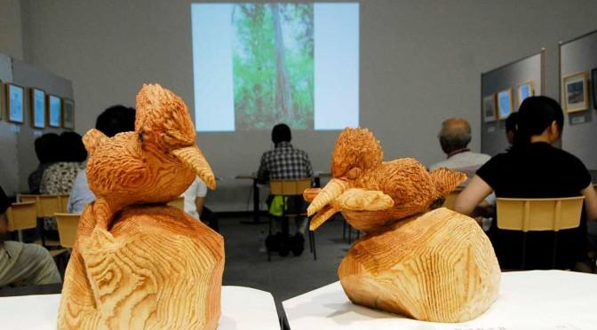 スライド上映に合わせて展示されたチェーンソーアートの木工作品