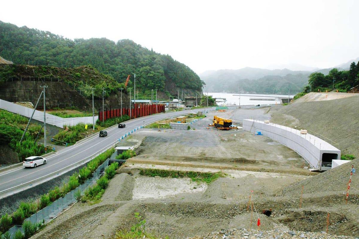 盛り土した場所から両石湾方面を望む造成工事現場