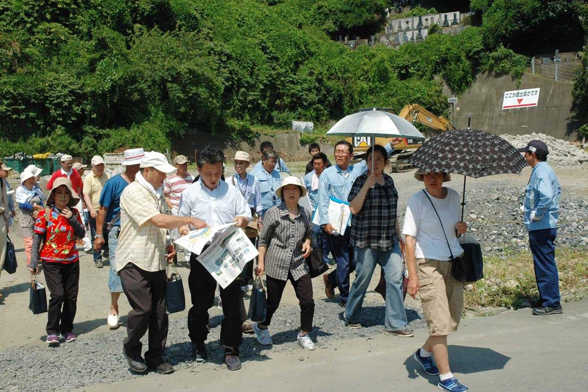 浜町の造成工事現場を見て回る参加者