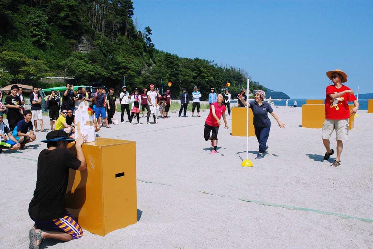 岩崎実行委員長(右)と「タイガーセブン」メンバーによる始球式で交流戦が幕開け