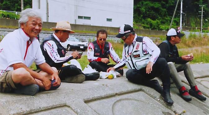 甲子川のアユを求めて訪れた遠来の釣り仲間と談笑する鈴子さん(左端)