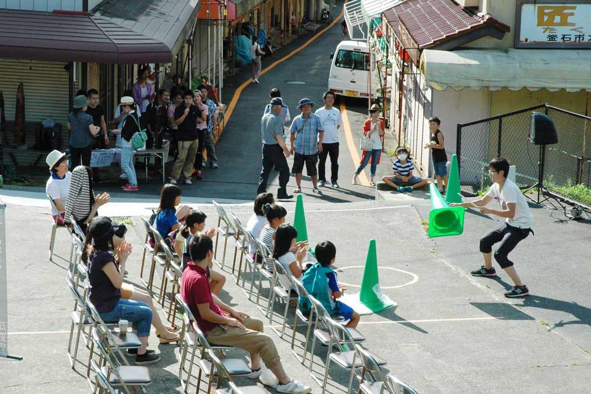 祭りを盛り上げたジャグリングパフォーマンス