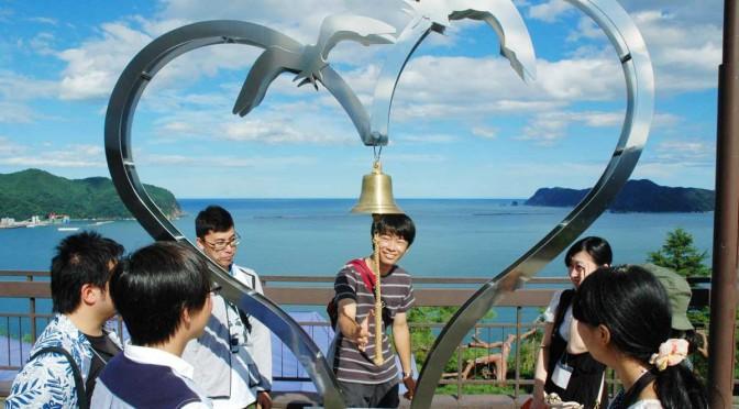 釜石湾の絶景に映える「恋人の聖地」モニュメントを見学するツアー参加者