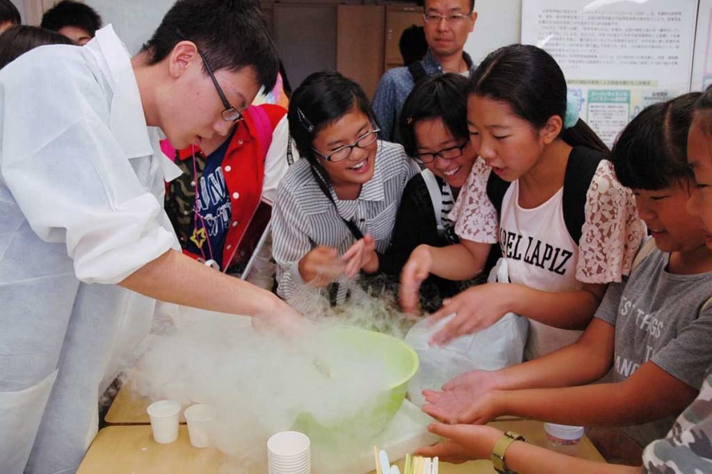 SSH委員会の液体窒素を使ったアイスクリーム作りに興味津々の小学生