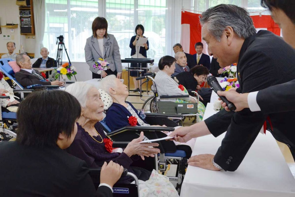 野田市長から長寿の祝いを受ける仙人の里のお年寄り