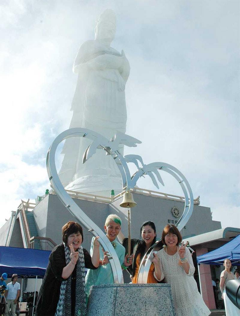 「恋人の聖地」モニュメントの完成を喜ぶ藤原綾子さん(右から2人目)ら式の出席者