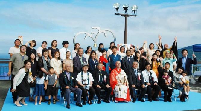 除幕式には、2012年に行われた大観音での市民結婚式で結婚した夫婦らも参加。愛の絆を確かめ合う場所の誕生を祝った