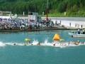 根浜海岸で行われた国体ウォータースイミング競技。気温31度、水温22度の好条件に恵まれ一斉にスタートする男子選手=6日午前10時05分