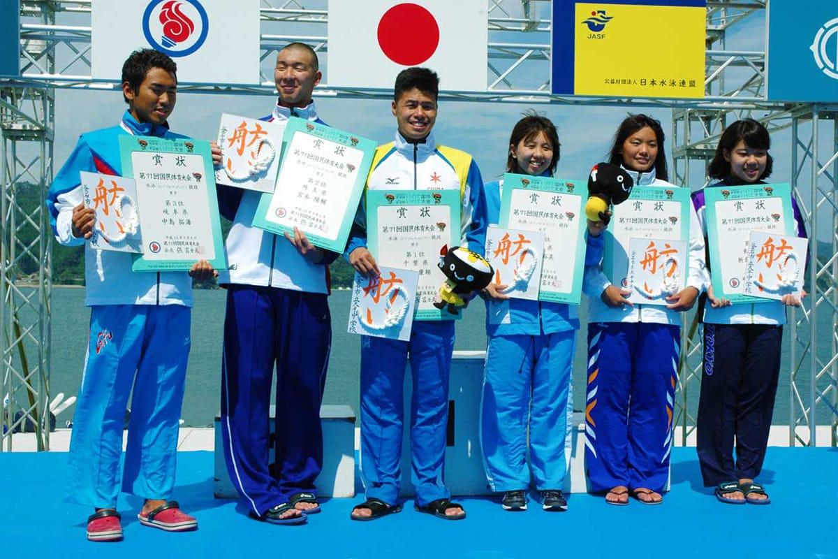 優勝した平井康翔選手(左から3人目)、貴田裕美選手(同4人目)ら男女の上位3選手