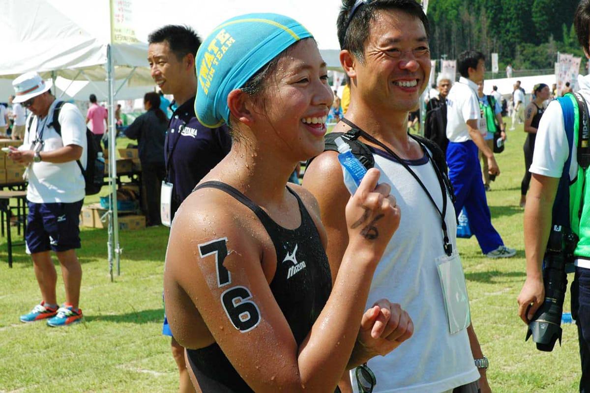 ゴール後、関係者と談笑する石川舞花選手