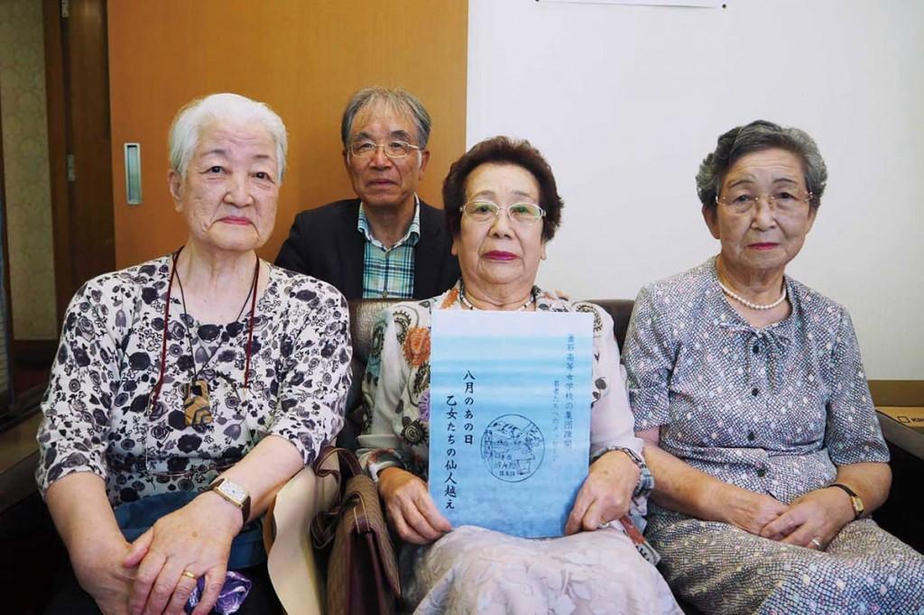 体験文を寄せた元女学生ら。左から足立郁子さん、松村愛子さん、佐野睦子さん。後ろは証言集を自費出版した箱石邦夫さん