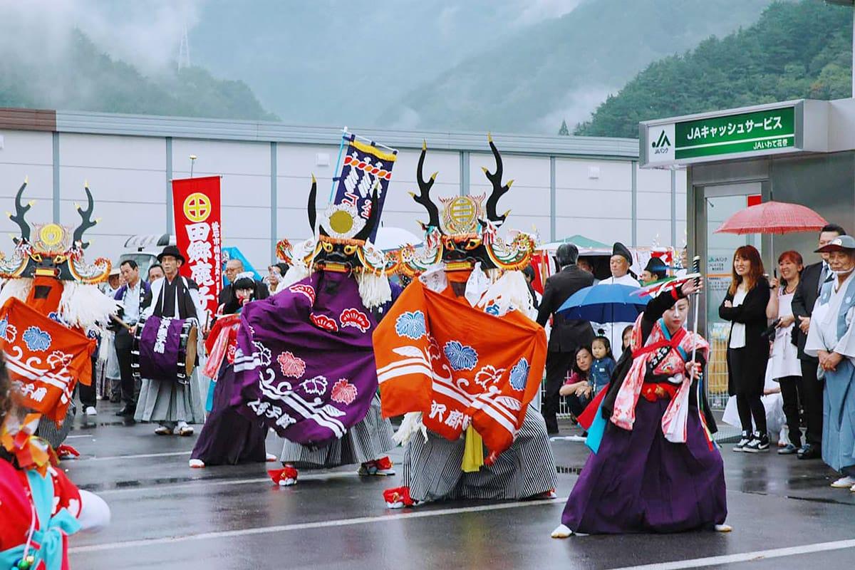 仮設企業団地で舞を奉納する神の沢鹿踊