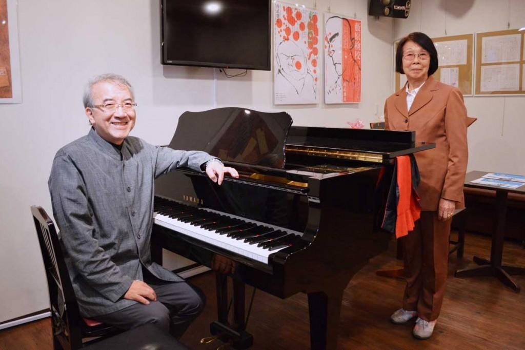 井上ひさしさんに関する資料の展示を開始したガバチョ・プロジェクト事務所で、山崎理事長(左)と井上副理事長