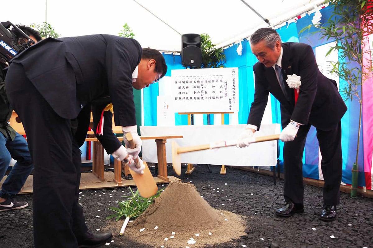 地鎮祭でくわ入れをし、工事の無事を願う野田市長(右)