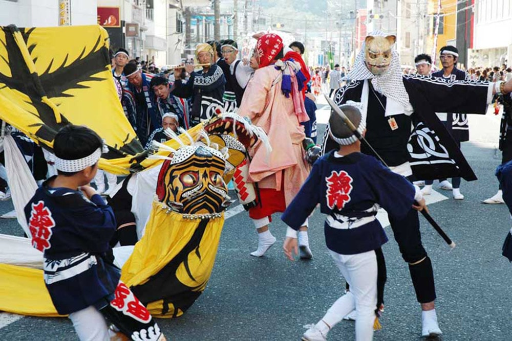 子どもから大人まで幅広い年代が伝統の舞で魅せた錦町虎舞=大町目抜き通り