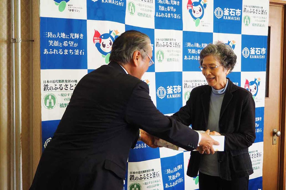 野田市長から記念品を受け取る草山さん