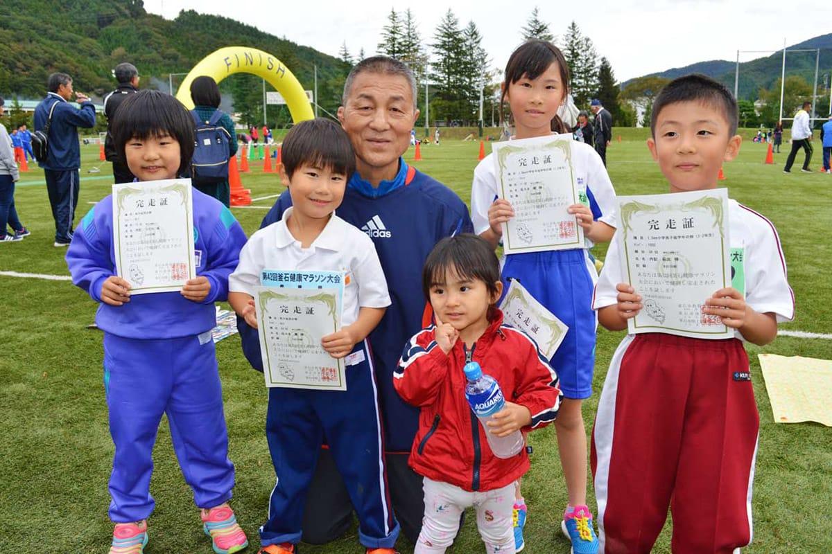 植田茂實さんは、元気な孫5人に囲まれて、ふるさとのマラソンを楽しんだ