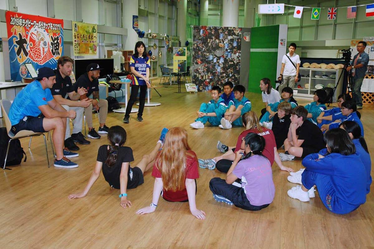 釜石シーウェイブスのNZ出身選手から話を聞く中学生=ラグビーカフェ釜石