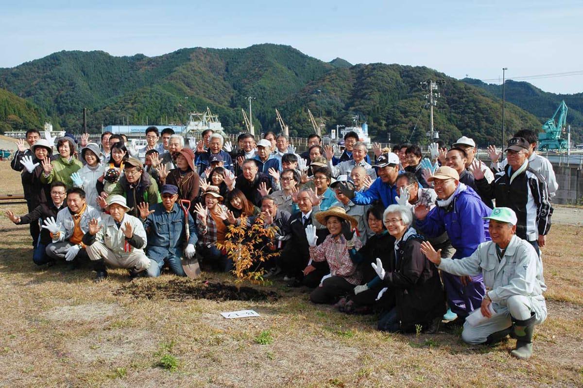市内外から集まった植樹会の参加者。「未来の釜石を桜の里に」と協力し合って作業に励んだ
