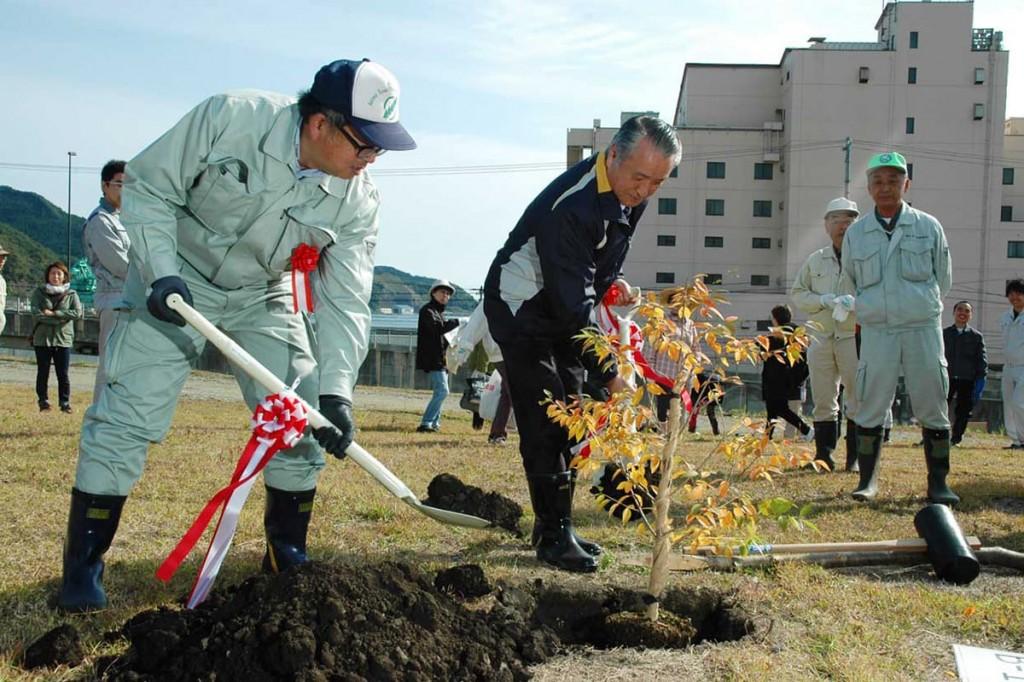 「石割桜」の子孫木を記念植樹する野田武則市長ら