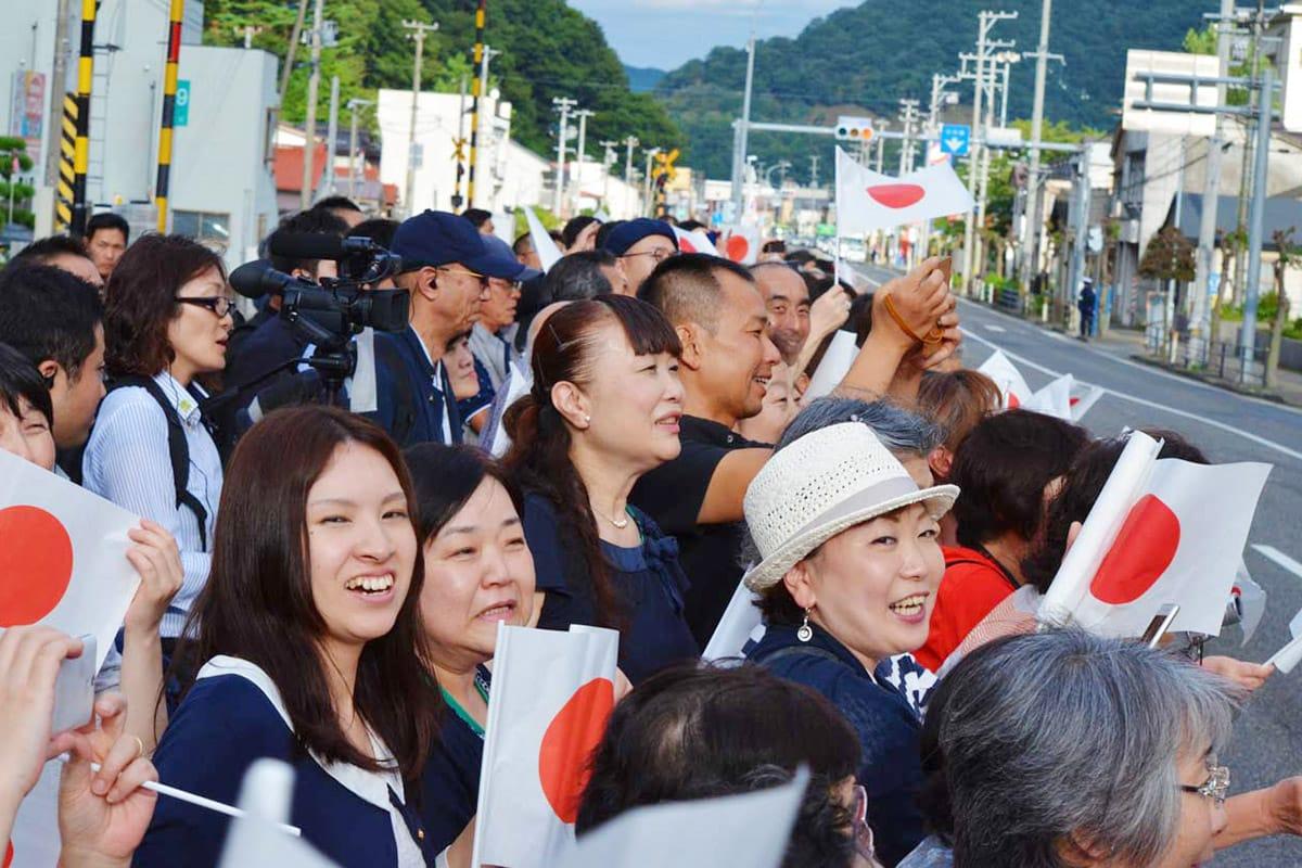 天皇、皇后両陛下を迎える釜石市民