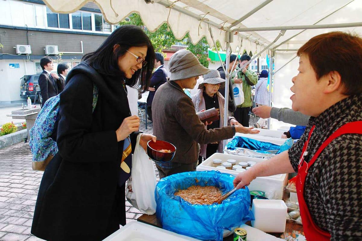 東鮮魚店は旬の海の幸の販売で客を喜ばせた