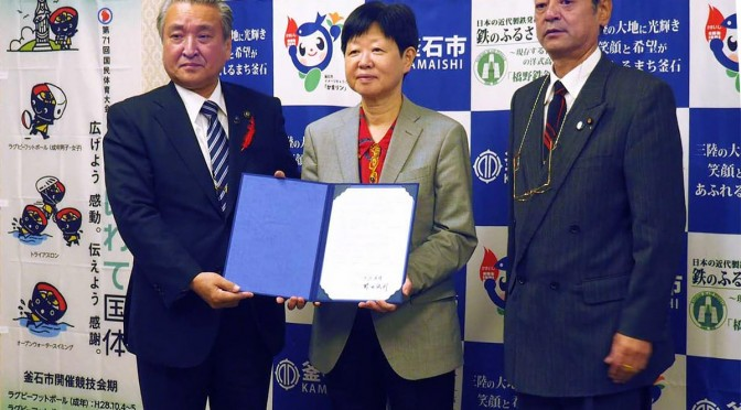 覚書を取り交わす野田市長(左)と大沢所長(中)。震災の経験を将来に生かす研究を協働で進める