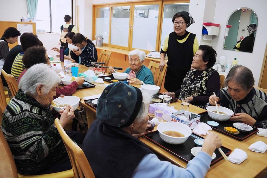 おいしそうにラーメンを食べるお年寄りを見守る店主の前川さん