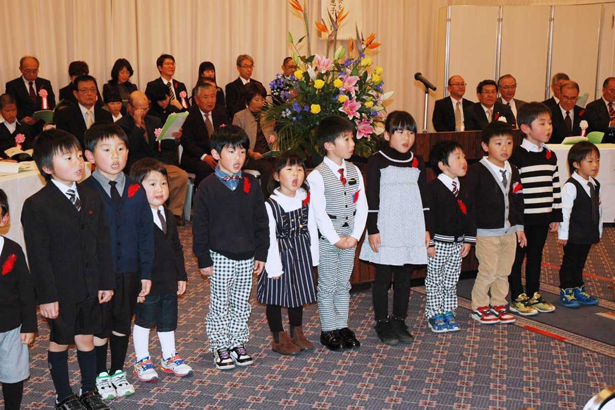 オープニングで元気に市民歌を歌う唐丹、栗林児童館の子どもたち