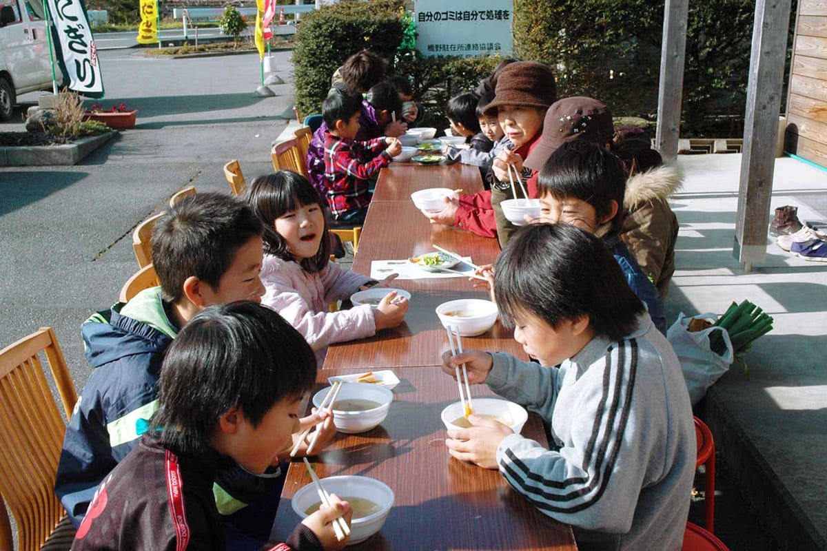 橋野産の野菜が入ったおいしいひっつみ汁に子どもたちの箸も進む