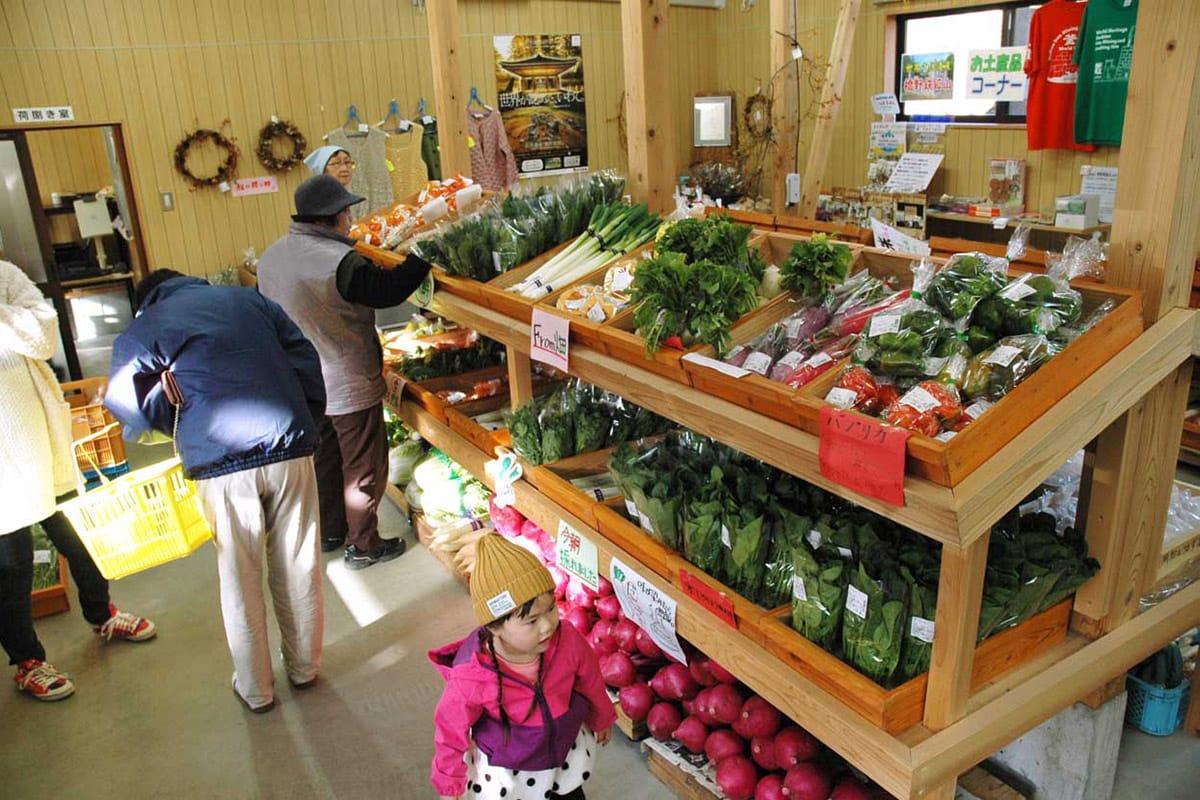 旬の野菜などが並んだ橋野どんぐり広場の店内