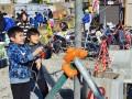 小佐野町の住宅地で進む復興道路工事の見学会で体験学習も楽しむ子ども