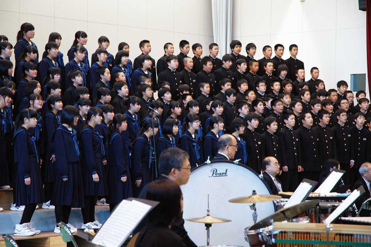 精いっぱいの歌声を響かせた釜石東中の生徒ら