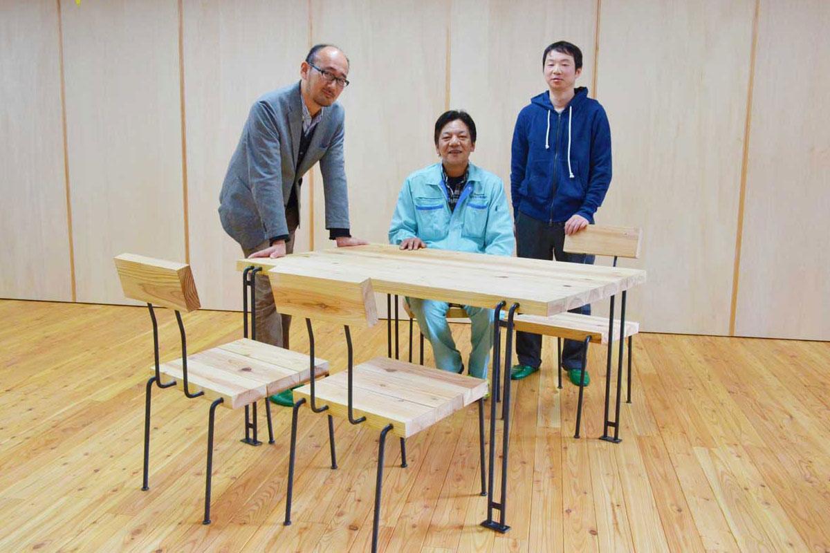 「木と鉄」で釜石らしさを追求して生まれたテーブルセット(左から宮崎さん、高橋参事、岩間さん)