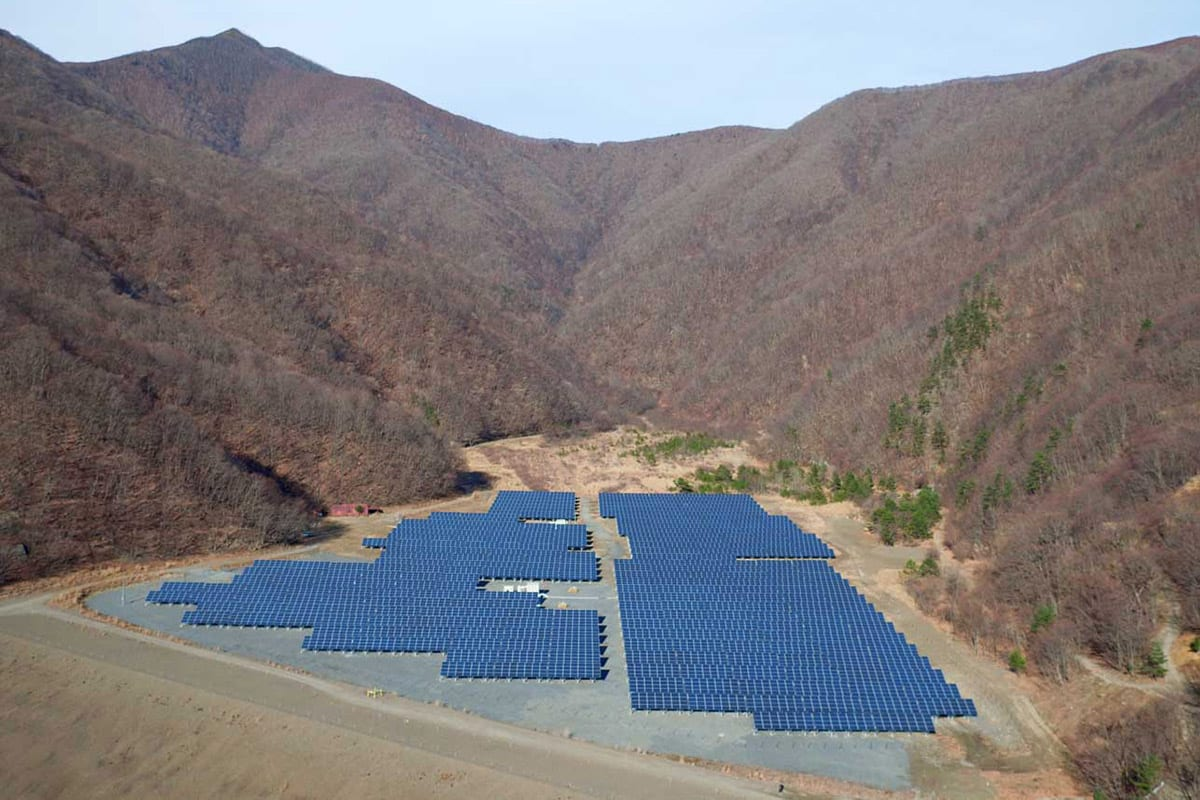 完成した釜石中の沢メガソーラー発電所(日鉄鉱業提供)