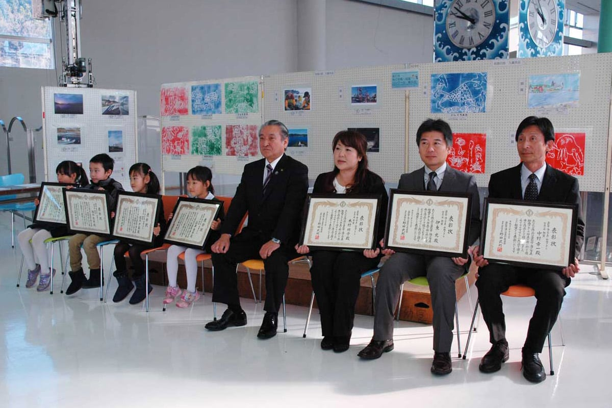 野田市長と記念撮影する「海の写真・絵画コンクール」の入賞者
