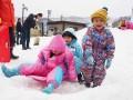 雪の滑り台は今年も大人気