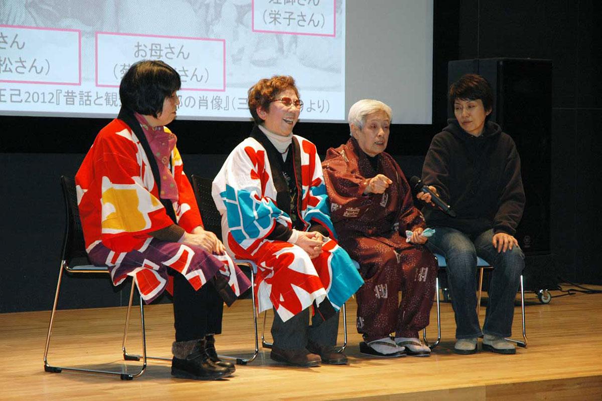 遠野の昔話語りの名手「菊池力松一族」について話す須知ナヨさん(中左)と菊池栄子さん(中右)