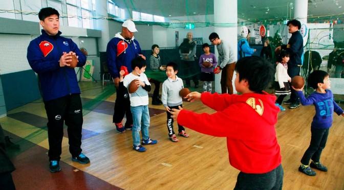 釜石SWの選手らとパス交換をする子どもたち