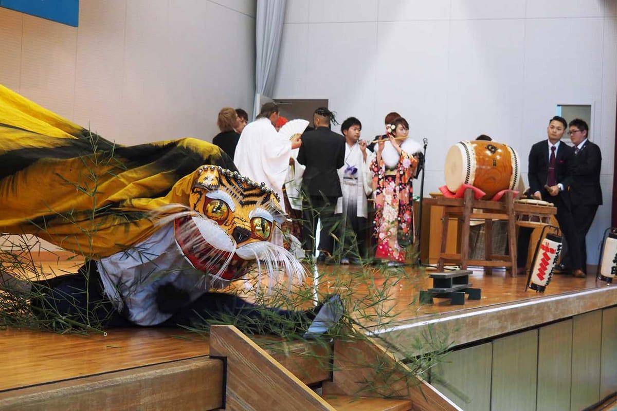 釜石の伝統芸能虎舞で式典を盛り上げた新成人有志