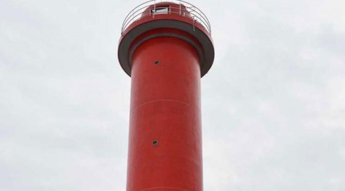 釜石港湾口防波堤の北堤先端部に再建された赤灯台