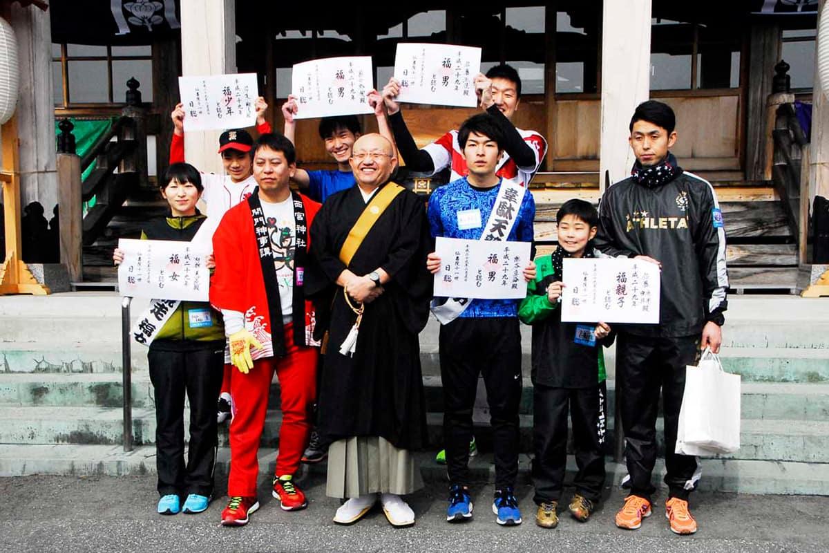 各部門で「福男」「福女」に選ばれた参加者