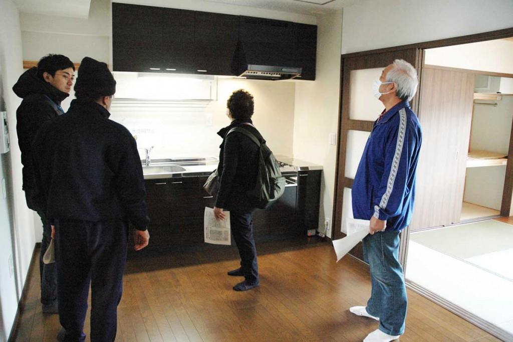 室内を見学し新生活のイメージを膨らませる入居予定者