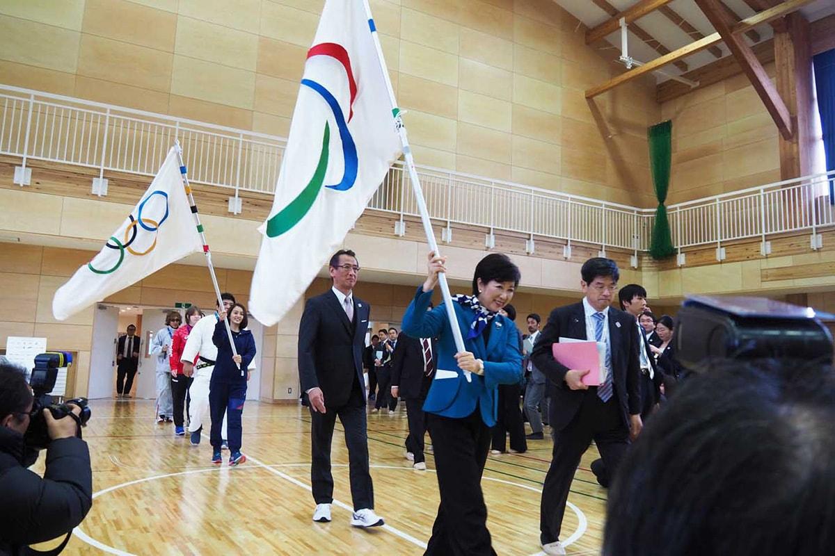 大槌学園で開かれたフラッグツアーイベント。小池知事(手前)が旗を掲げて東京五輪をアピールした